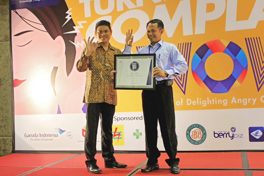 Kategori: Rumah Sakit Umum (Kelas D) The Best Champion of Bali WOW Service Excellence Award Kanan: Dr. IBG Fajar Manuaba, Sp.OG,MARS, Owner, RS Manuaba