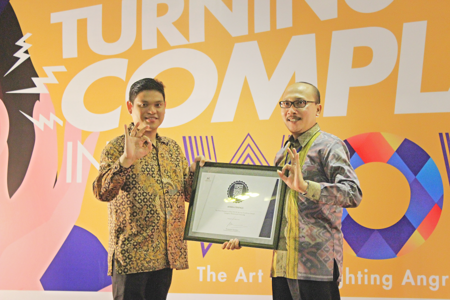 Kategori: Leasing Motor The Champion of Bali WOW Service Excellence Award Kanan: Sugeng Hariadi, Regional Head, Adira Finance